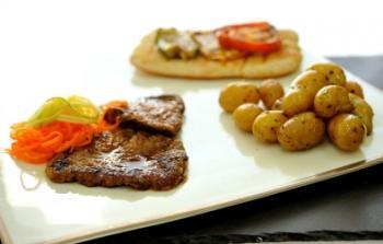 لحم ستيك مع بطاطس بالأعشاب